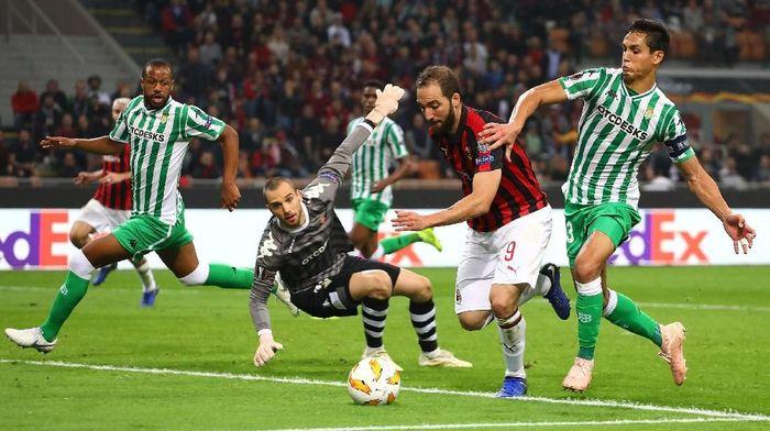 Bermain di San Siro, Milan justru tertinggal dua gol lebih dahulu dari tim Spanyol itu. Gol balasan Milan baru tercipta di 10 menit terakhir. (Foto: Marco Luzzani/Getty Images)