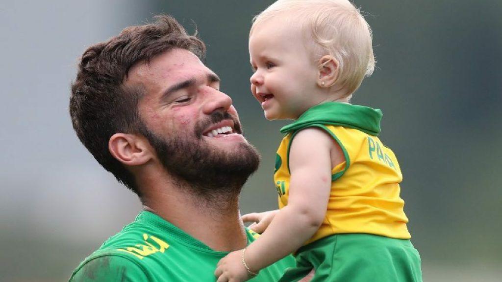 Momen Hangat Kiper Liverpool Alisson Becker Bareng Putrinya