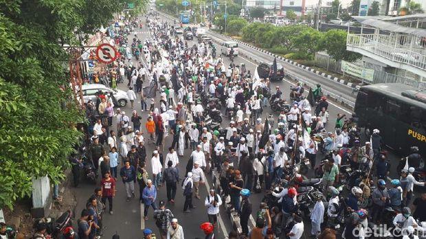 Massa Demo di Depan Markas GP Ansor