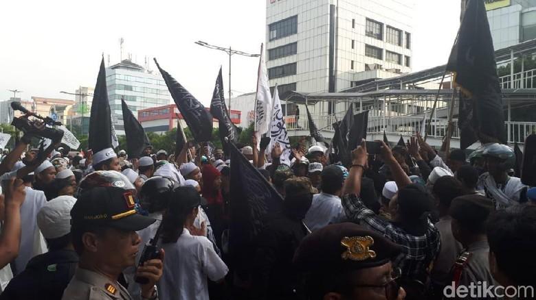Massa Demo Markas GP Ansor Minta Banser Dibubarkan