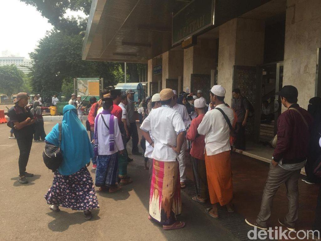 Massa Aksi Bela Tauhid Mulai Berkumpul di Masjid Istiqlal