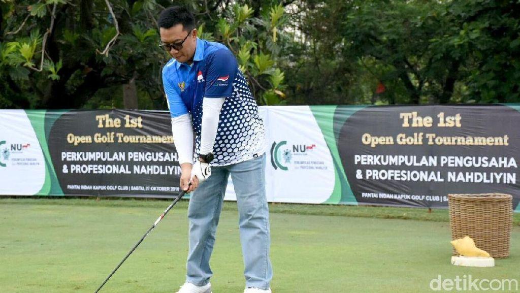Melihat Aksi Menpora Imam Nahrawi Saat Bermain Golf