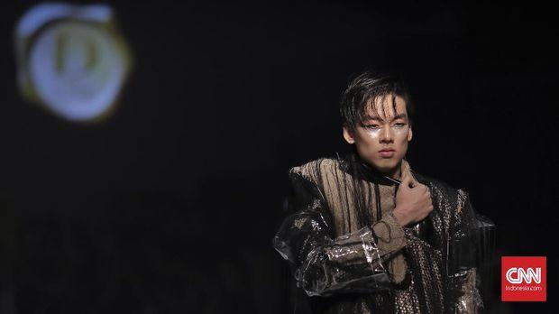 Model memeragakan busana koleksi Sean Sheilladan yang bertajuk Heroes pada Dewi Fashion Knights