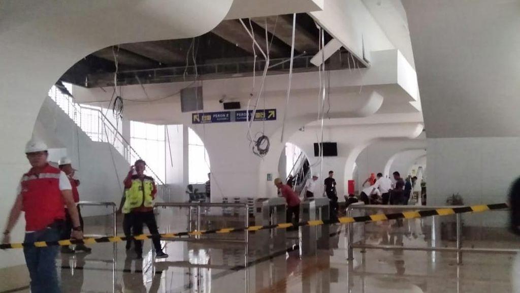 Foto: Plafon LRT Ambrol-Venue Jakabaring Rusak Diterjang Angin
