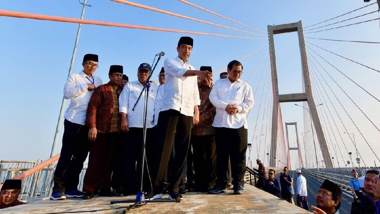 Jokowi Jelaskan Alasan Gratiskan Jembatan Suramadu ke Ulama Madura