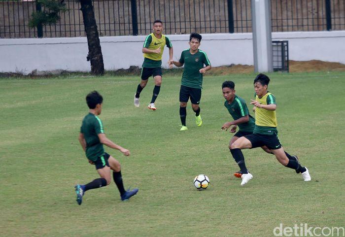 Timnas Indonesia akan bertemu dengan Jepang di laga perempatfinal Piala Asia U-19 2018. Egy cs pun menggenjot latihan dan persiapan jelang pertandingan esok Minggu (28/10/2018).