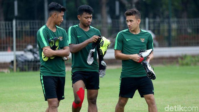 Egy Maulana Virki (kanan) tampil kurang sip bersama Timnas di Kualifikasi Piala Asia U-23.  (Agung Pambudhy/detikSport)