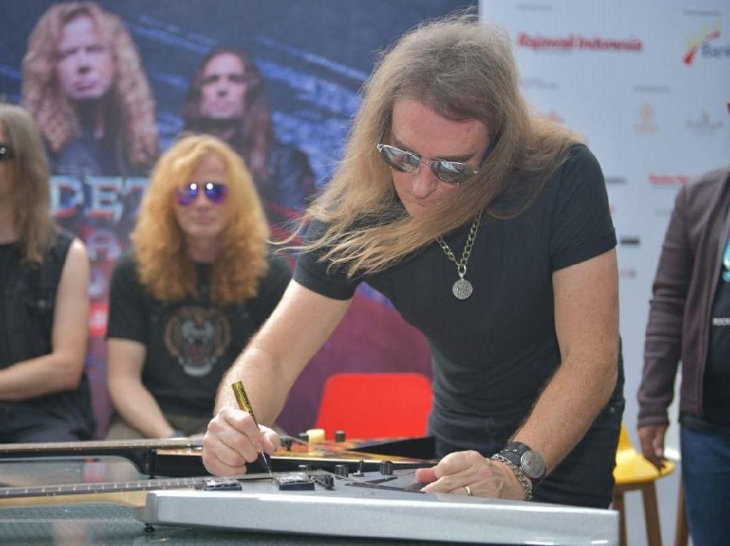 Lawan COVID-19, Lelang Gitar Bertanda Tangan Megadeth Tembus Rp 100 Juta