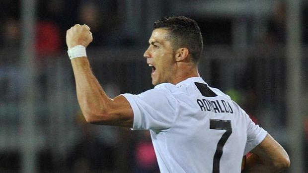 Cristiano Ronaldo bobol gawang Man United lewat tendangan voli.