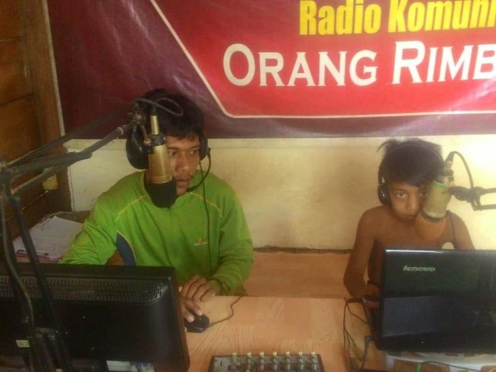 Perkenalkan Sepinta, Penyiar Radio Pencerah Suku Pedalaman Jambi