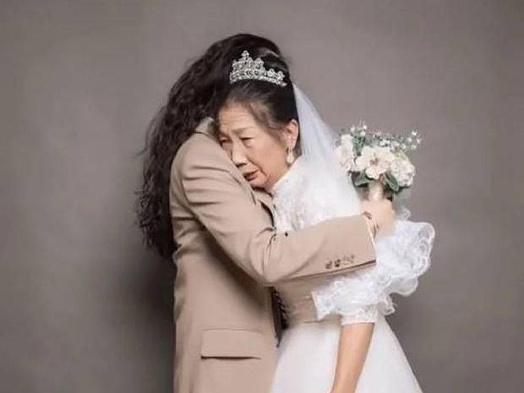 Bikin Foto Pernikahan dengan Ibu, Kisah Haru Wanita Pakai Jas Pria Ini Viral