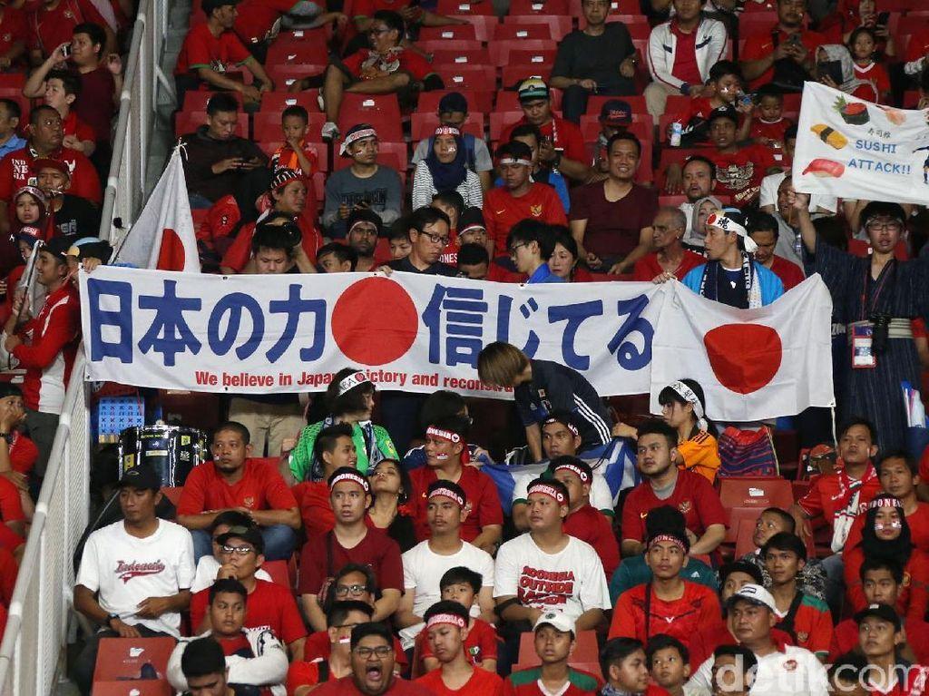 Penonton Jepang di Tengah Ribuan Suporter Merah Putih