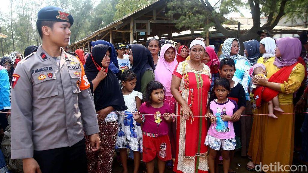 Proses Evakuasi Masih Berlangsung, Warga Padati Pantai Tanjung Pakis