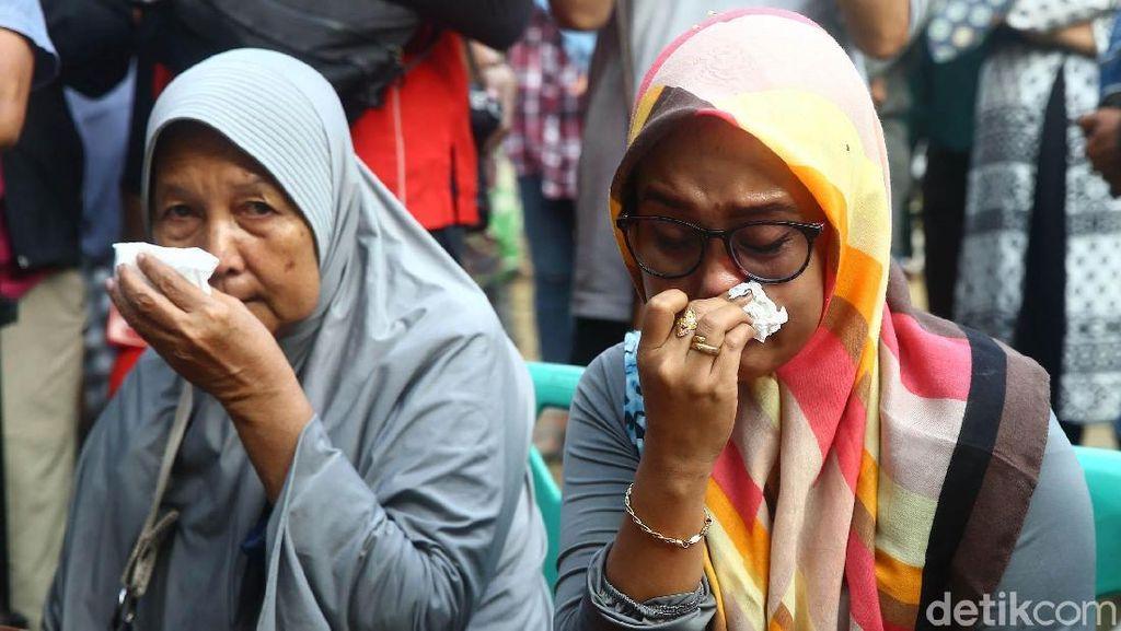 Ekspresi Keluarga Saat Cari Info Korban Lion Air Jatuh