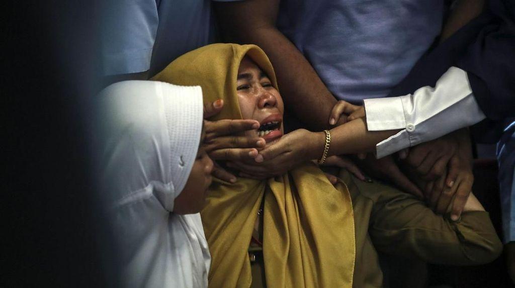 Tangisan Tersedu-sedu Keluarga Korban Lion Air