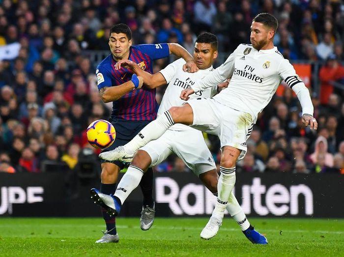 Absennya Messi akibat cedera membuat Barcelona mengandalkan Luis Suarez di Camp Nou, Minggu (28/10/2018) saat menjamu Real Madrid di pekan ke-10 Liga Spanyol bertajuk El Clasico. Suarez menjadi momok untuk lini belakang Madrid yang digalang Sergio Ramos. (Foto: David Ramos/Getty Images)