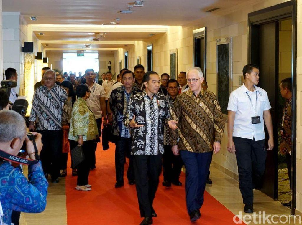 Gaya Jokowi-Turnbull Kompak Berbatik di Bali