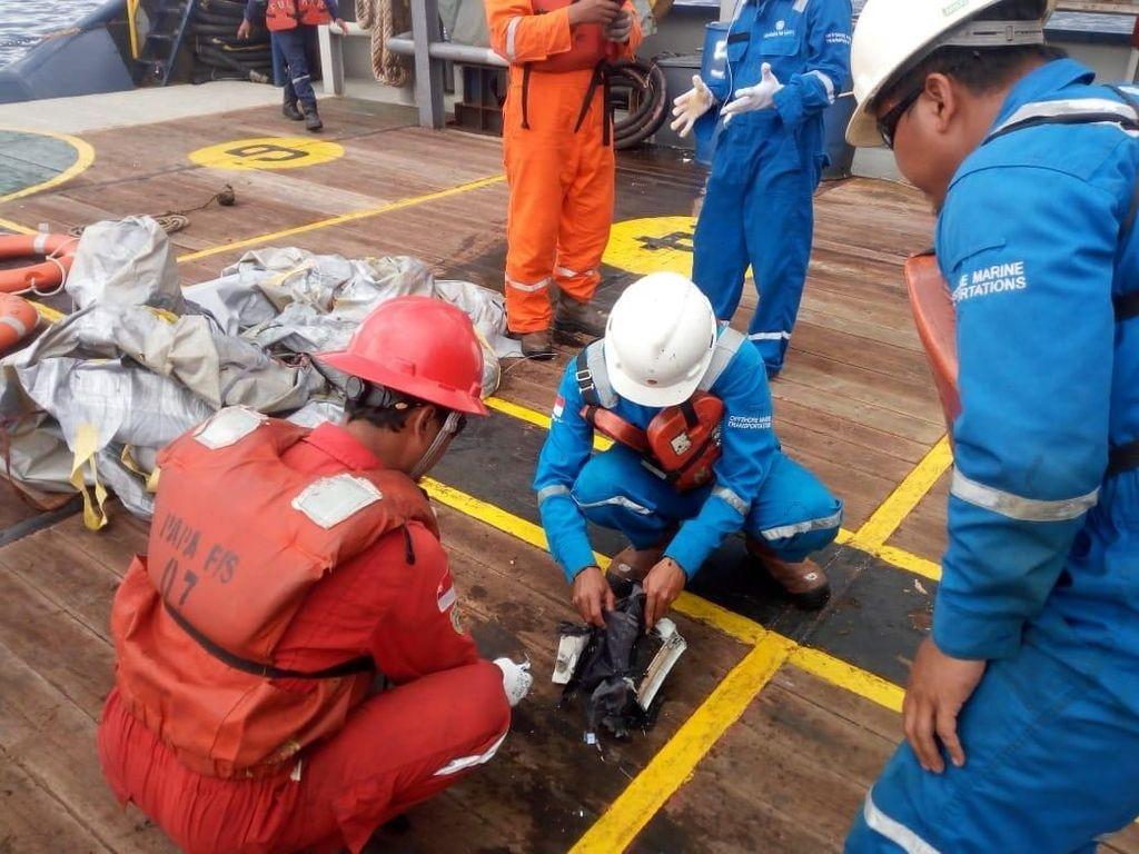 Pertamina Bantu Evakuasi Serpihan Pesawat Lion Air JT 610