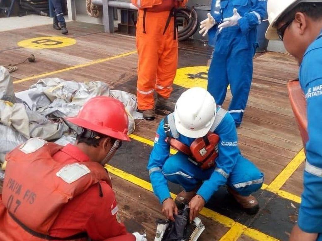 Petugas Lepas Pantai Pertamina Evakuasi Serpihan Lion Air JT 610