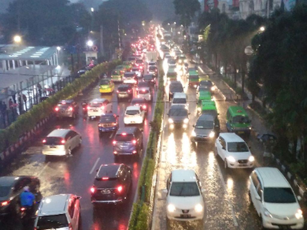 Tips Berkendara Saat Hujan Agar Tetap Aman di Jalan