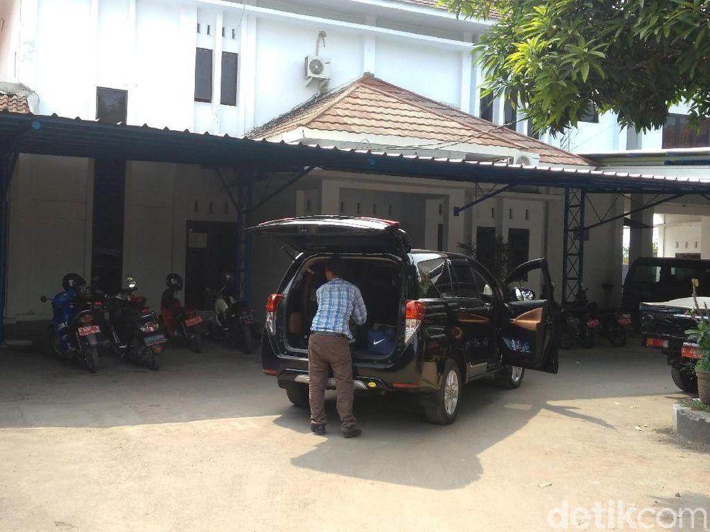 KPK Sita 1 Koper dari Kantor Dinas PUPR Cirebon