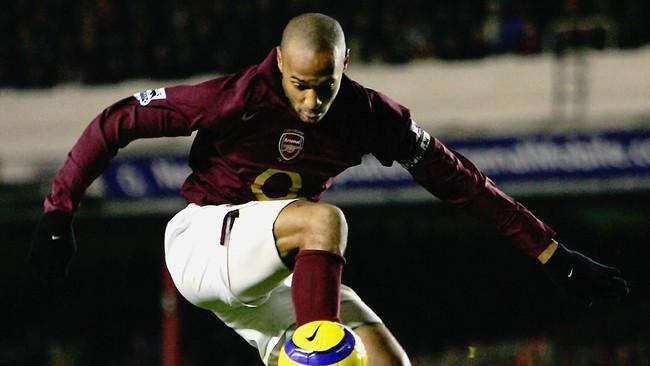 LONDON - DECEMBER 28: Thierry Henry of Arsenal controls the ball during the Barclays Premiership match between Arsenal and Portsmouth at Highbury on December 28, 2005 in London, England. (Photo by Clive Mason/Getty Images)