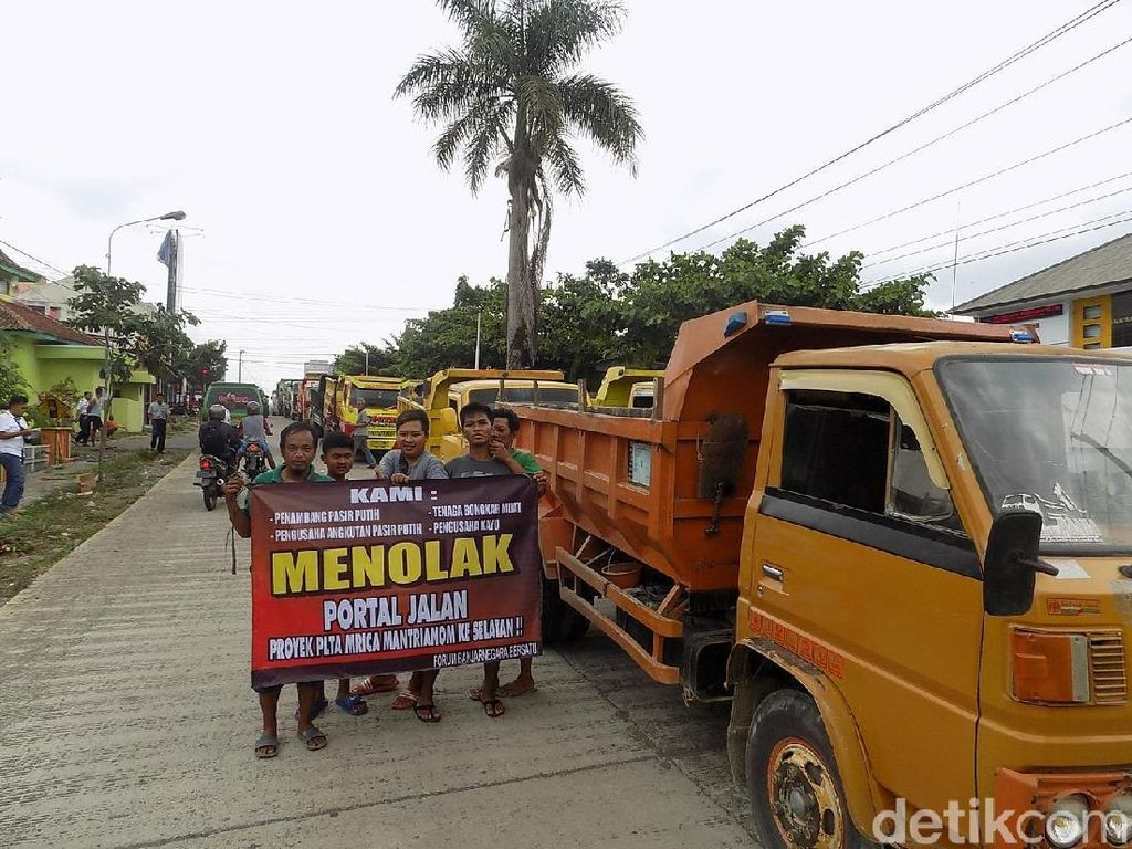 Puluhan Truk Pasir Protes Pemasangan Portal di Banjarnegara
