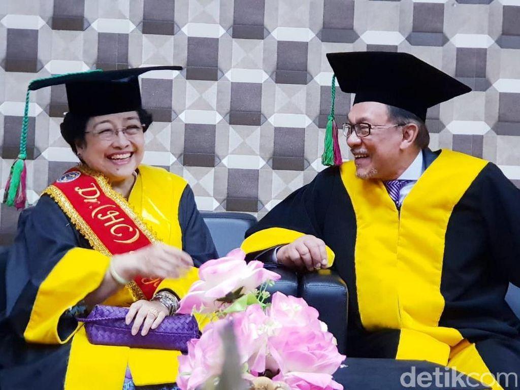 Mega Hadiri Penganugerahan Doktor HC untuk Anwar Ibrahim di Padang