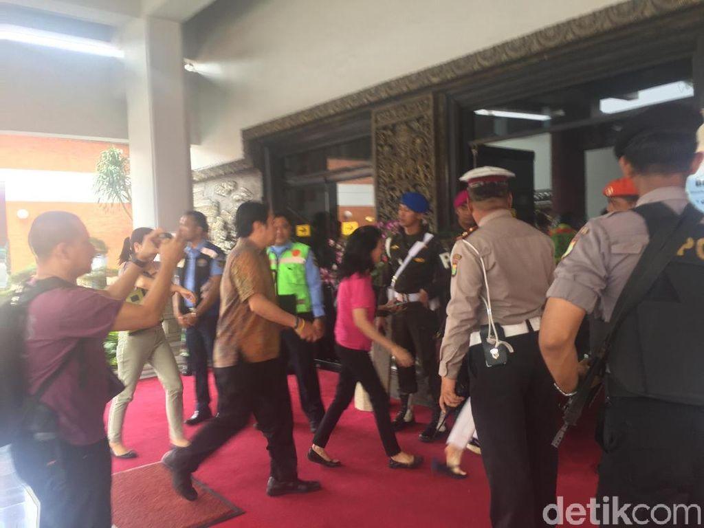 Keluarga Penumpang Lion JT 610 Datangi Crisis Center Bandara Soetta
