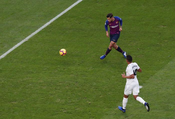 Barcelona mengawali dengan baik saat membuka skor di menit ke-11 melalui sepakan Philippe Coutinho. Coutinho dengan leluasa menceploskan bola ke dalam gawang karena tak terkawal. (Foto: Sergio Perez/REUTERS)