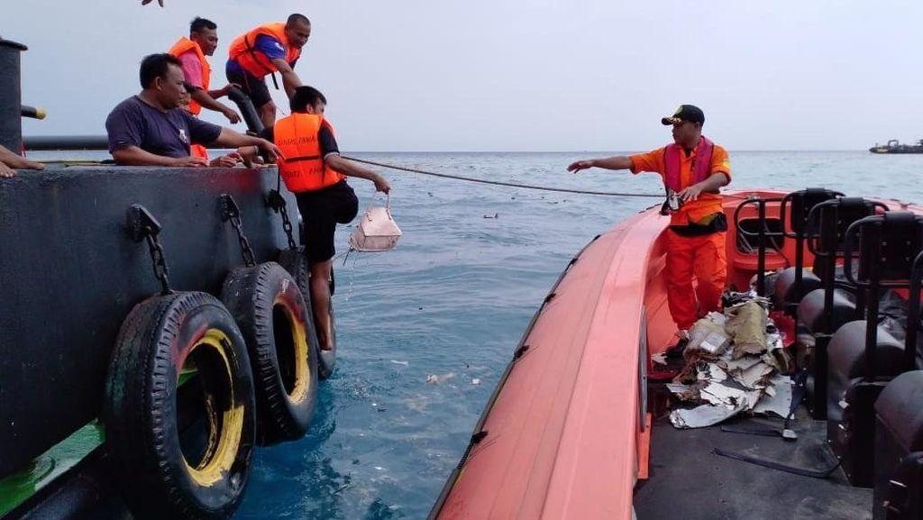 Proses Evakuasi Pesawat Lion Air JT 610 di Laut Karawang