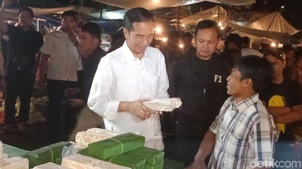 Jokowi pegang tempe saat ke pasar di Kota Bogor.