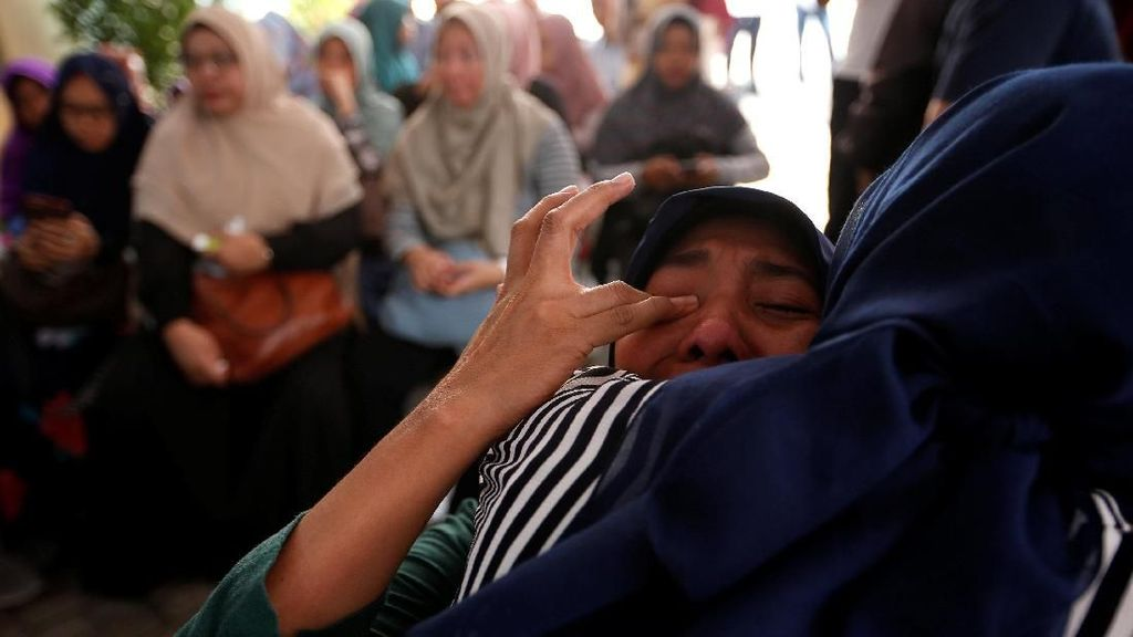 Foto: Tangis Keluarga Korban Lion Air Pecah di RS Polri