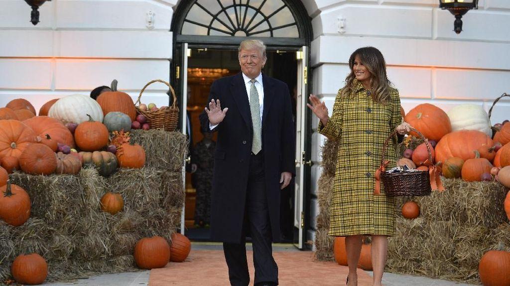 Melania Trump Pakai Coat Rp 60 Juta Untuk Rayakan Halloween