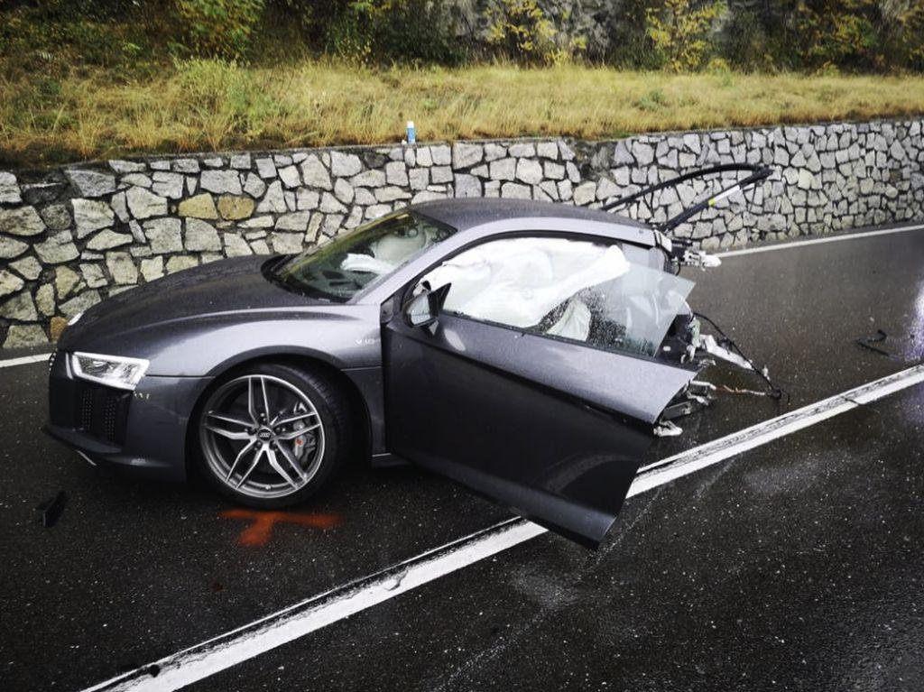 Ngeri! Audi R8 ini Terbelah Dua Setelah Senggol VW
