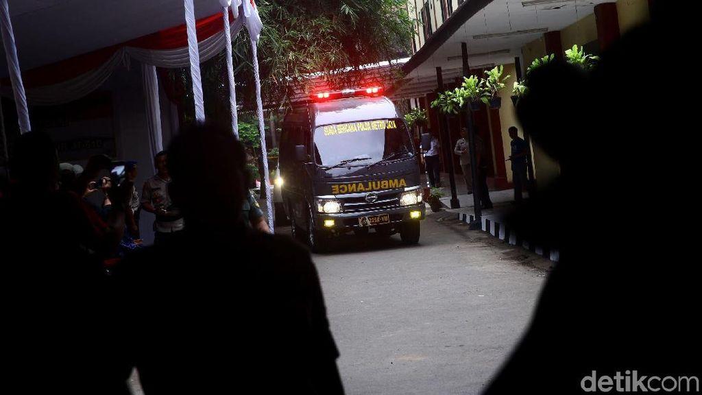 2 Ambulans Kembali Bawa Kantong Jenazah ke RS Polri
