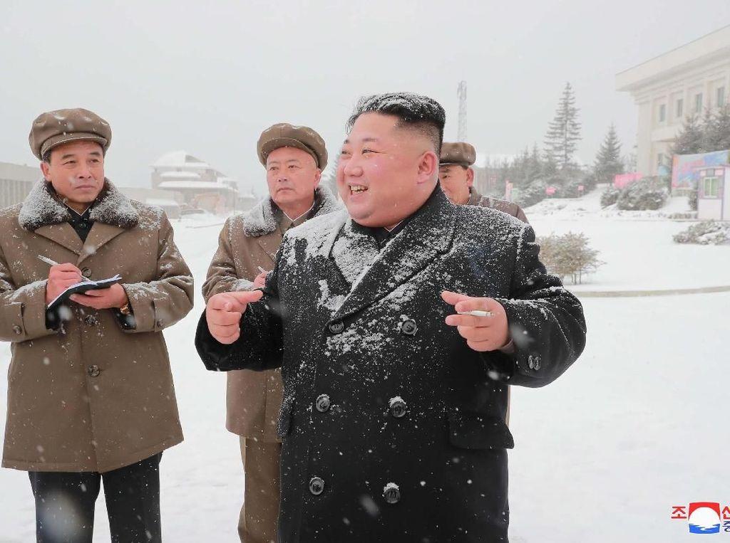 Foto: Gaya Kim Jong Un Blusukan di Tengah Hujan Salju