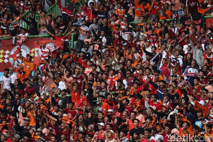 The Jakmania memadati Stadion Patriot Candrabhaga untuk menyaksikan pertandingan lanjutan Liga 1 antara Persija melawan Barito Putera, Selasa (30/10/2018).