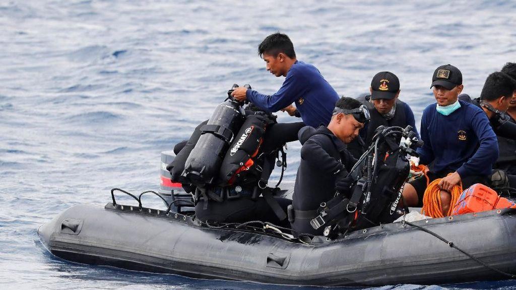 Melihat Para Penyelam TNI AL Mencari Badan Lion Air JT 610