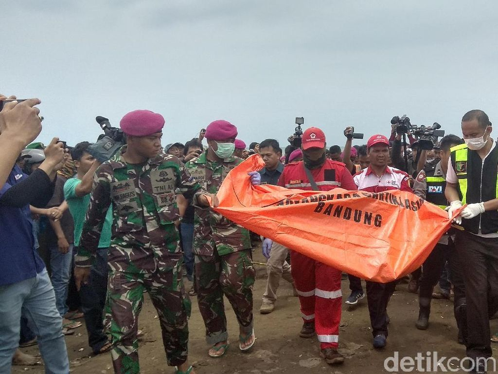 Foto: Sepatu-Sandal Diduga Milik Korban Lion Air di Karawang