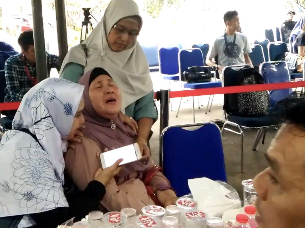 Tangis Ibu di Tengah Ketidakpastian Nasib Anak Semata Wayangnya