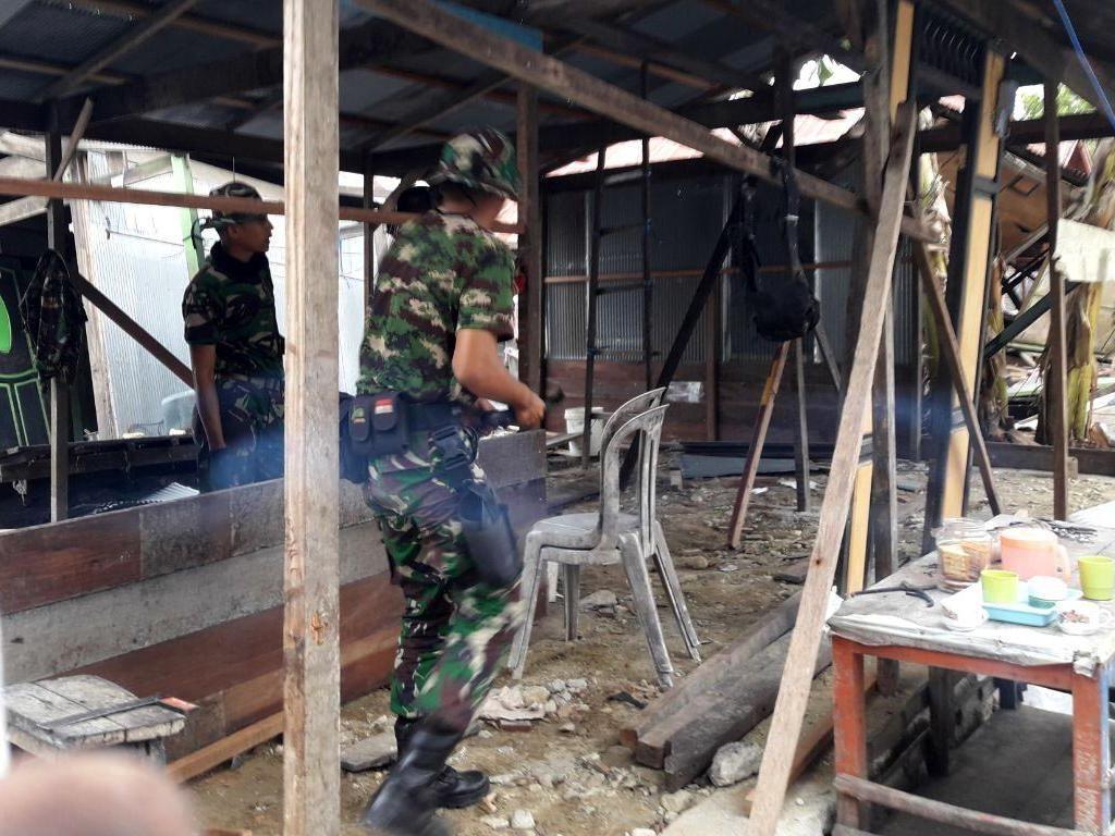 Prajurit TNI Bangun Kembali Rumah Warga Korban Gempa Donggala