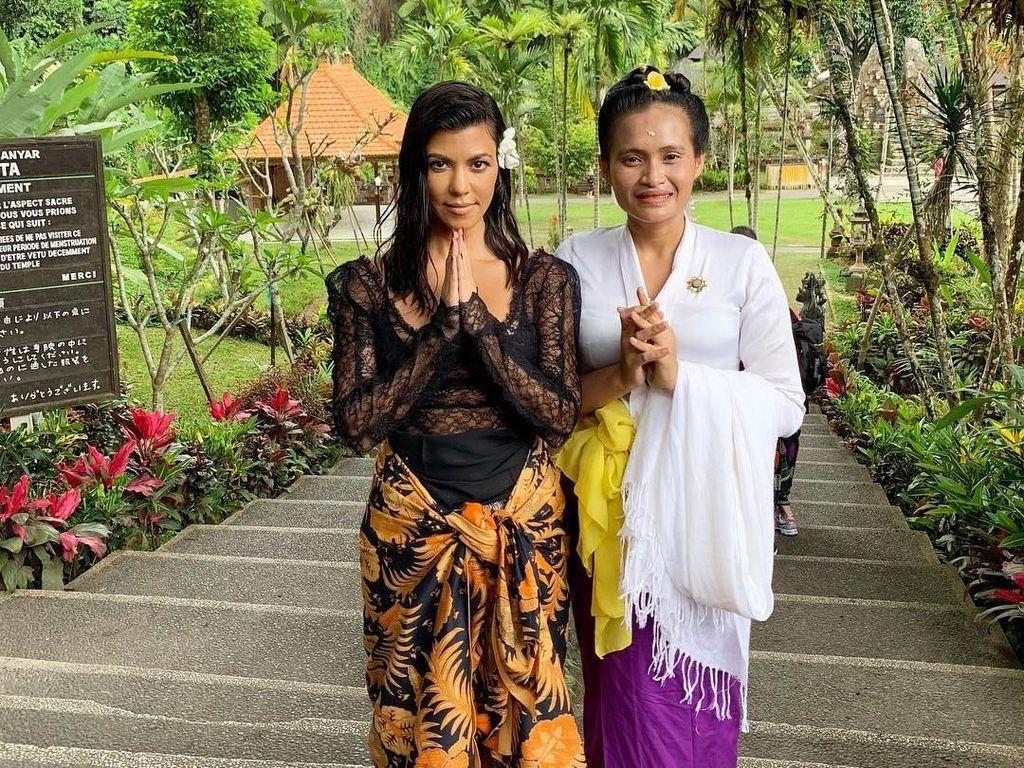 Seksi Hingga Pakai Sarung, Gaya Kourtney Kardashian Liburan di Bali
