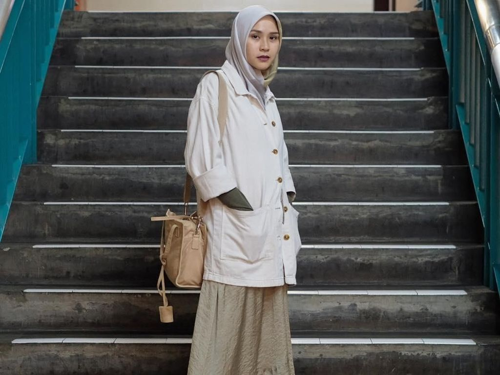 Punya 4 Anak, Gaya Zaskia A. Mecca Ini Masih Cocok Dipakai ke Kampus