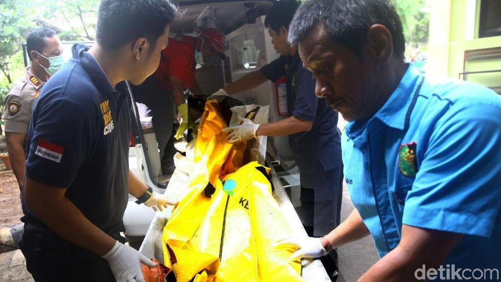 Kantong Jenazah Korban Pesawat Lion Air JT 610 Tiba di RS Polri