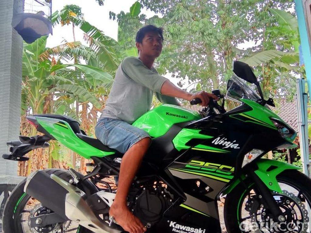 Kata Kawasaki soal Penjual Keripik Beli Ninja 250 Pakai Uang Koin