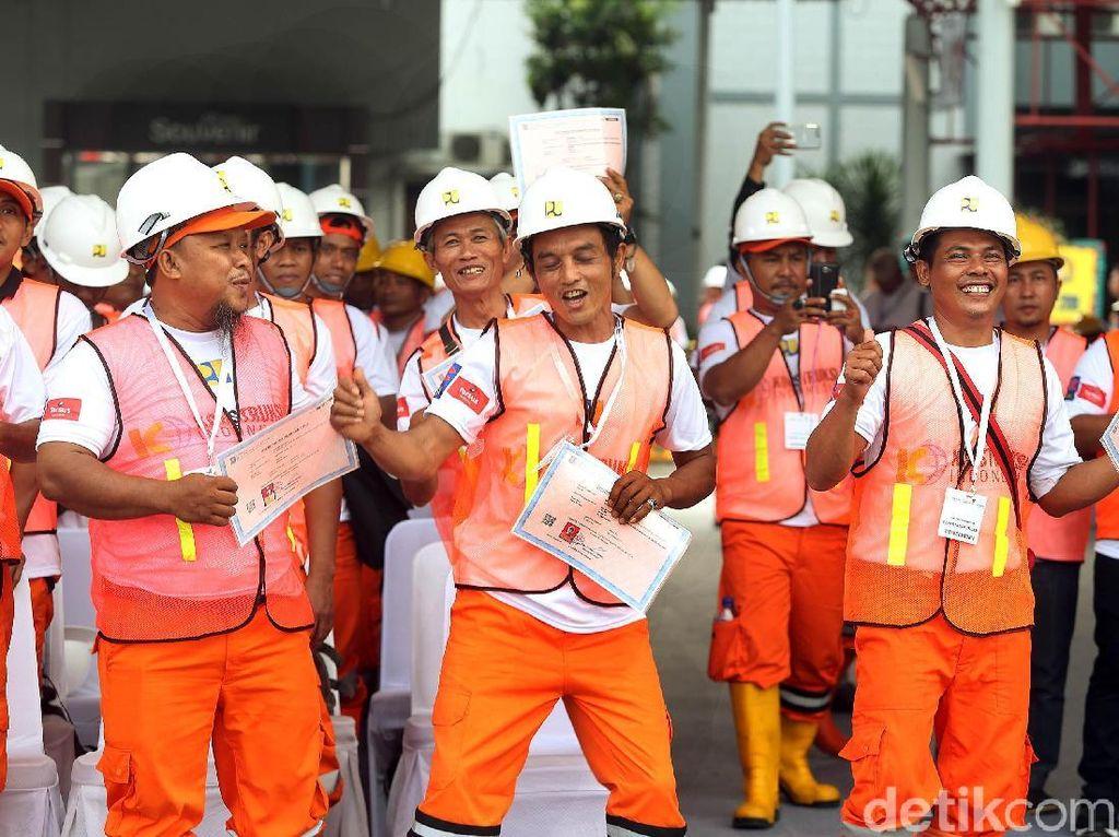 Senangnya Tenaga Kerja Konstruksi Terima Sertifikasi dari Jokowi