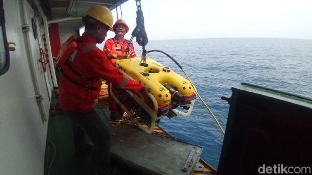 KR Baruna Jaya I milik BPPT menerjunkan ROV ke laut