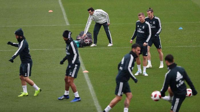 Real Madrid menjalani latihan di kompleks latihannya di Valdebebas pada Selasa (30/10) waktu setempat, di bawah arahan Santiago Solari. Sebelumnya Madrid memecat Julen Lopetegui. (Foto: Susana Vera/Reuters)