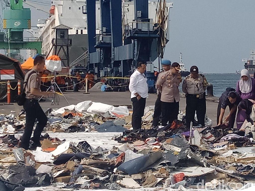 Istri AKBP Mito Korban Lion Air Berdoa di Lokasi Serpihan Pesawat